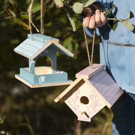 Una casetta per uccellini fatta in casa dipinta con vernice Craft Paint e decorata con pennarelli Plus Color markers