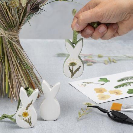 Decorazioni pasquali in porcellana con fiori secchi