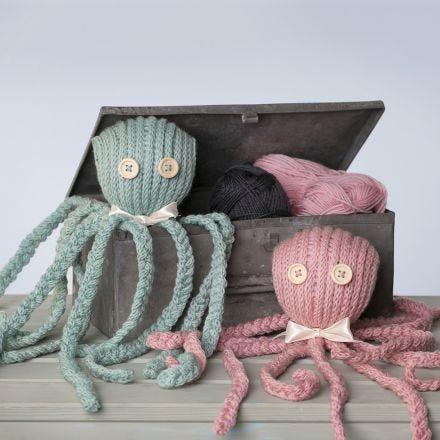 Un polipo lavorato a maglia con fiocco in nastro di raso