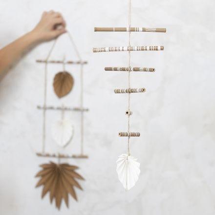 Decoro mobile realizzato con bastoncini di bambù decorati e carta in finta pelle
