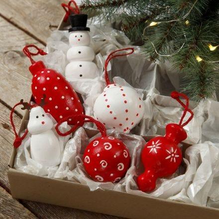Figure in legno e palline di Natale in legno da appendere decorate con colore acrilico