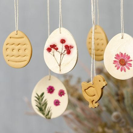 Hanging decorations from self-hardening clay with dried flowers