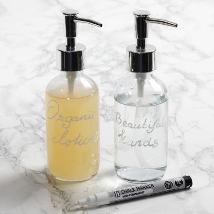 Un dispenser di sapone decorato con un pennarello a gesso
