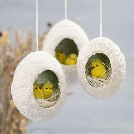 Uova di Pasqua in pasta di cartapesta con foro decorato con pulcini