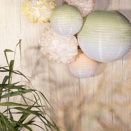 Decorazioni per feste da lampade di carta di riso e pompon di carta dipinti con colori artigianali