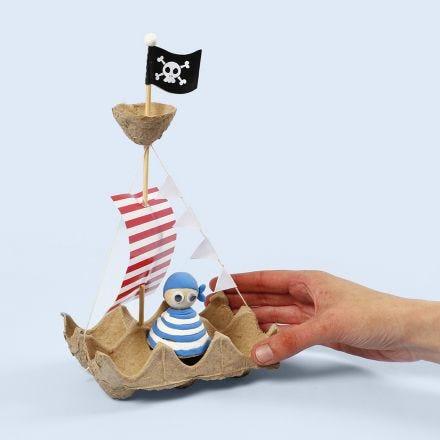 Una nave pirata realizzata con un vassoio di uova