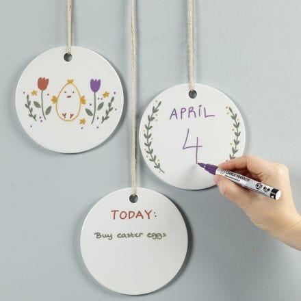Disegna su piatti appesi con i pennarelli a gesso
