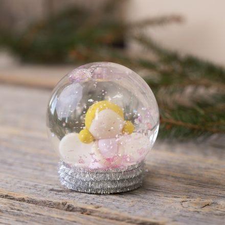 Un globo di neve con un angelo in Fimo