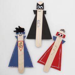 Supereroi con lunghi bastoncini del ghiacciolo in legno