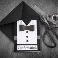 Invito in bianco e nero con camicia e cravatta su carta ruvida, impreziosito da bottoni a brillantino