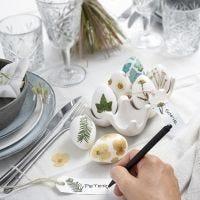Uova di Pasqua decorate con fiori secchi