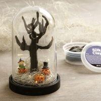 Un mondo in miniatura di Halloween in una campana di vetro a cupola