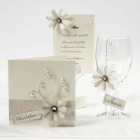 Biglietti color crema con fiori in carta di velluto