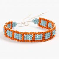 Scuola di gioielleria: un braccialetto intrecciato su un telaio per perle