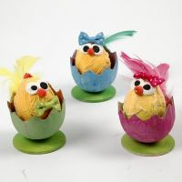 Pulcini di Pasqua in gusci d'uovo