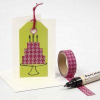 Etichetta manila con disegno grafico creato con il nastro adesivo decorato