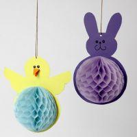 Un pulcino e un coniglio pasquale di cartoncino e carta a nido d'ape
