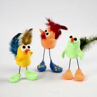 Uccellino di Silk Clay su zampe in fil di ferro decorato con piume