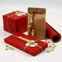 Confezioni regalo con perline in legno e lettere su spago naturale