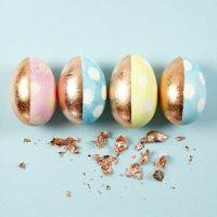 Uova colorate in toni pastello, con decorazioni di rame e puntini bianchi