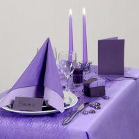 Idee per le feste con tavola apparecchiata in viola