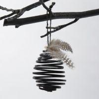 Uovo a spirale fatto con del filo nero piatto di alluminio