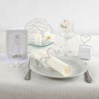 Invito e decorazioni da tavolo per un matrimonio in bianco
