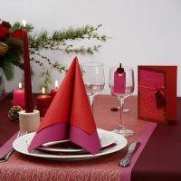 Cartolina di auguri rossa con stoffa a rete dorata, cuore e nastro