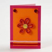 Biglietto d'auguri con fiore e decorazione di carta in Quilling