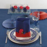 Decorazioni da tavolo in blu con un tocco di rosso
