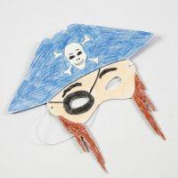Maschera di cartoncino colorata con le matite