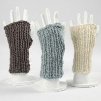 Due scaldabraccia di lana lavorati a maglia