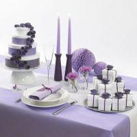 Torta nuziale artificiale di scatole bianche con fiori di carta e nastro