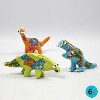 Dinosauri di cartapesta pitturati, decorati con la carta découpage