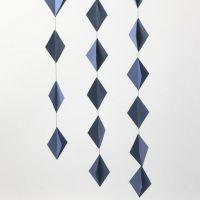 Decorazioni pendenti realizzate con diamanti 3D in cartoncino cuciti assieme