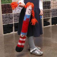 Un'adorabile bambola a maglia lunga e infeltrita