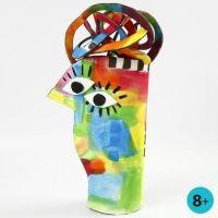 Una scultura dipinta realizzata con gommapiuma per materassino