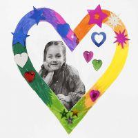 Cornice di cartoncino a forma di cuore decorata con pennarelli Colortime e lustrini