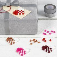 Etichetta manila decorata con un cuore di perline Nabbi