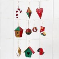 Decorazioni di Natale da appendere in cartapesta, pitturate e decorate
