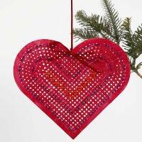 Un cuore di cartoncino pitturato e ricamato