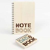 Quaderno con copertina di legno decorata con lettere pirografate