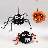 Animali striscianti di Halloween fatti con pom-poms, scovolini e feltro