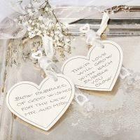Tubetto di bolle di sapone decorato con cuore in cartoncino e nastro