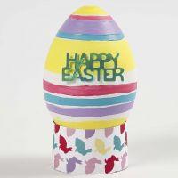 Un realistico uovo di plastica bianco dipinto e decorato