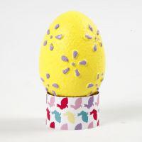 Uova con motivi in rilievo colorate con pittura acrilica
