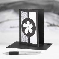 Biglietto d'auguri nero con decorazioni bianche e nere