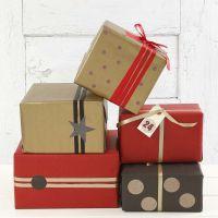 Pacchetti regalo dorati, rossi e neri