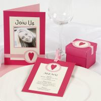 Inviti e decorazioni per la tavola in due tipi di rosa
