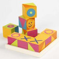 Cubi di legno dipinti per il gioco del 'Tris'
